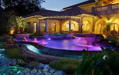 piscina scenografica illuminata di notte