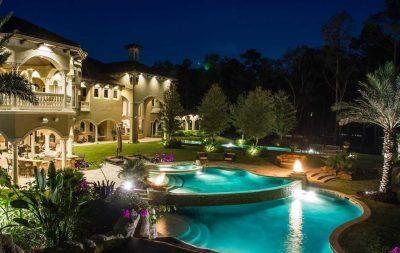 piscine scenografiche in villa illuminate di notte