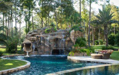 piscine scenografiche con acquascivolo e cascata d'acqua